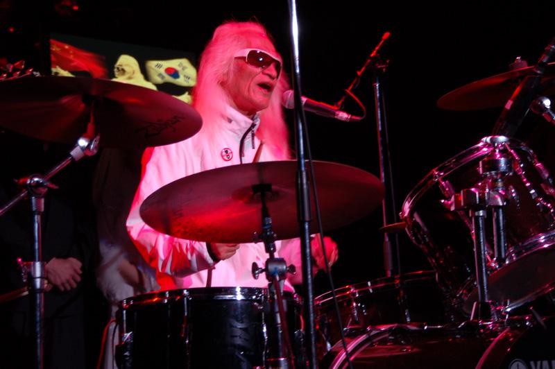 ドラムをたたく内田裕也